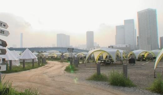 銀座から3キロと都心から近く、 最大1128人を収容できる施設になっています。 グランピング